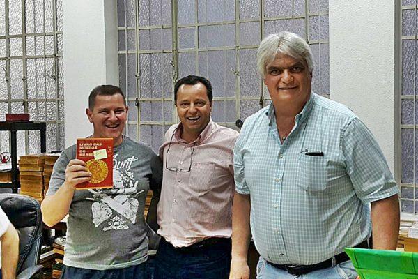 Diretor recebe exemplar do Catálogo de Moedas do Brasil
