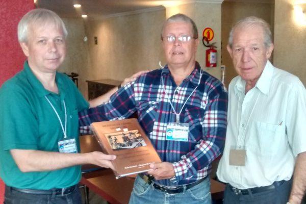 Diretor da SGN recebe exemplar de livro no Paraná